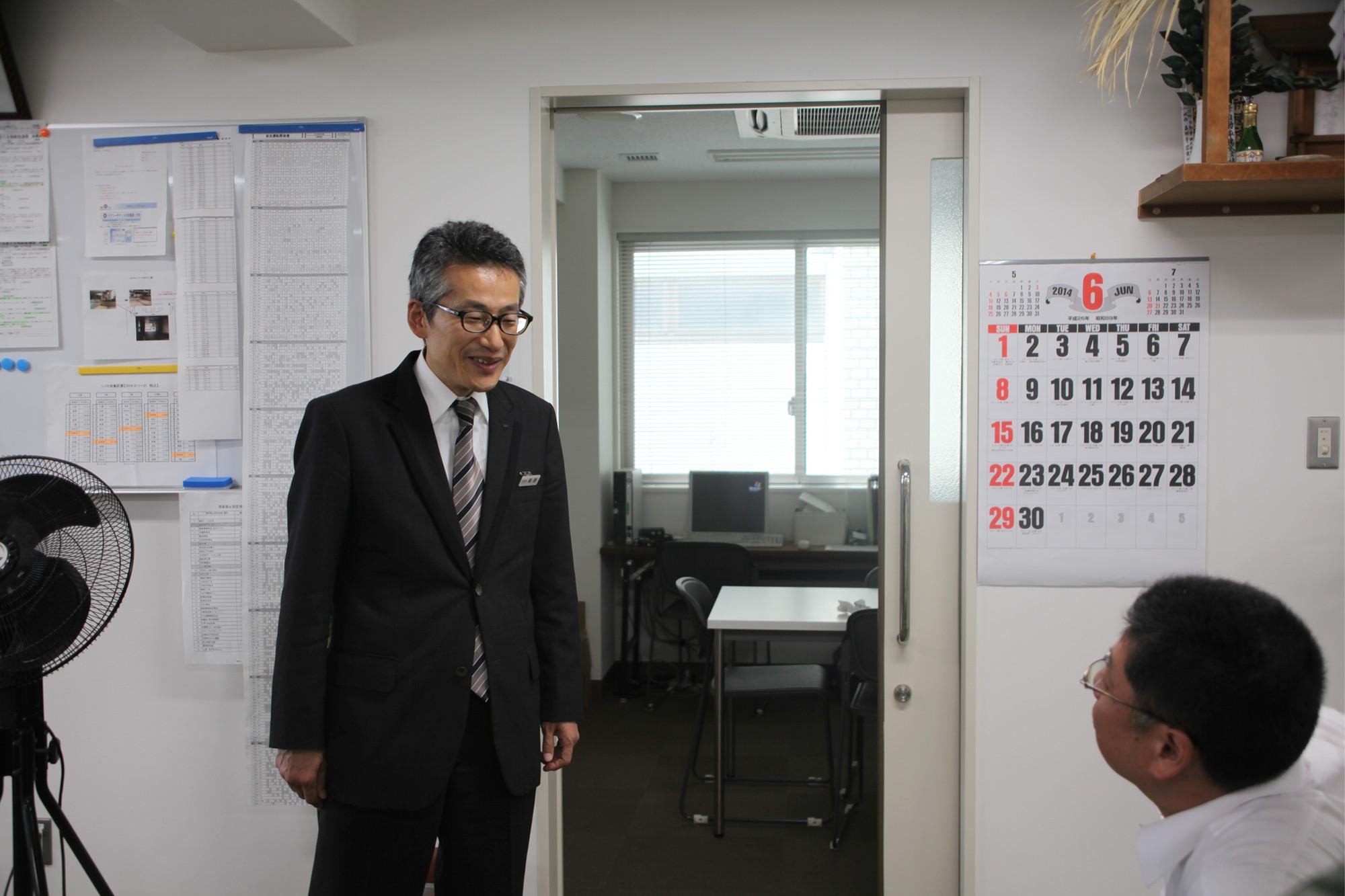 同僚と話をしている、50代で転職した国際自動車(㎞タクシー)のタクシードライバー栗原さんの写真