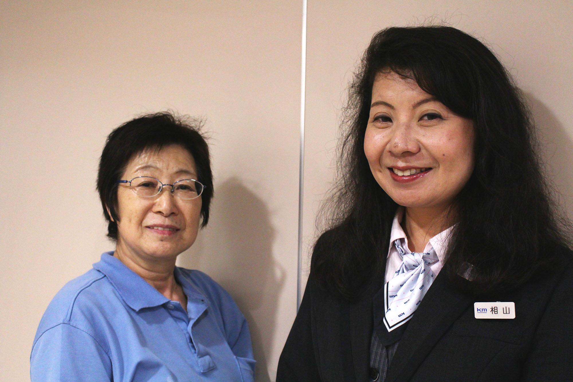 国際自動車(kmタクシー)で働く女性タクシードライバー相山さんと、羽田営業所の清掃員さんのツーショット