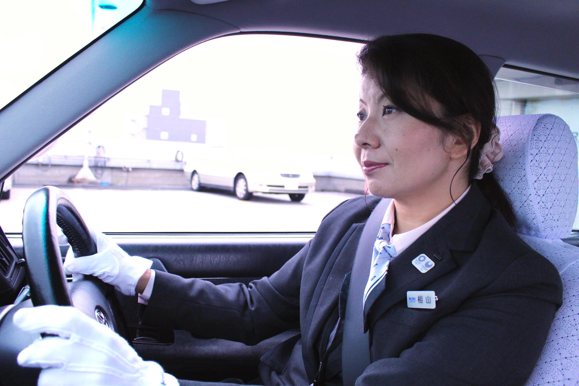 運転中の国際自動車(kmタクシー)女性タクシードライバー相山さん