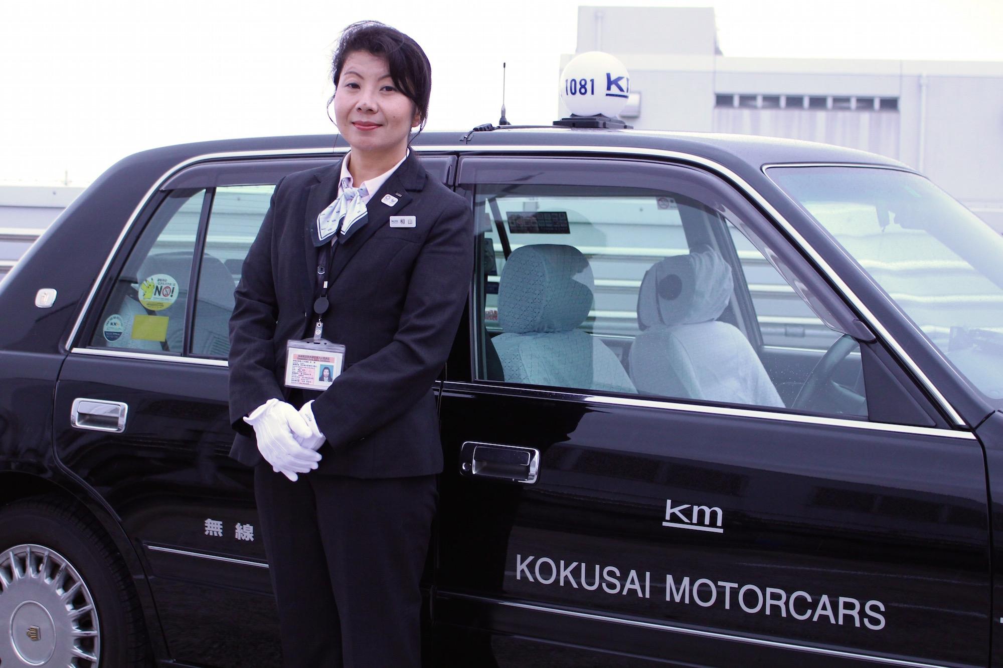 タクシーと女性タクシードライバー相山さん