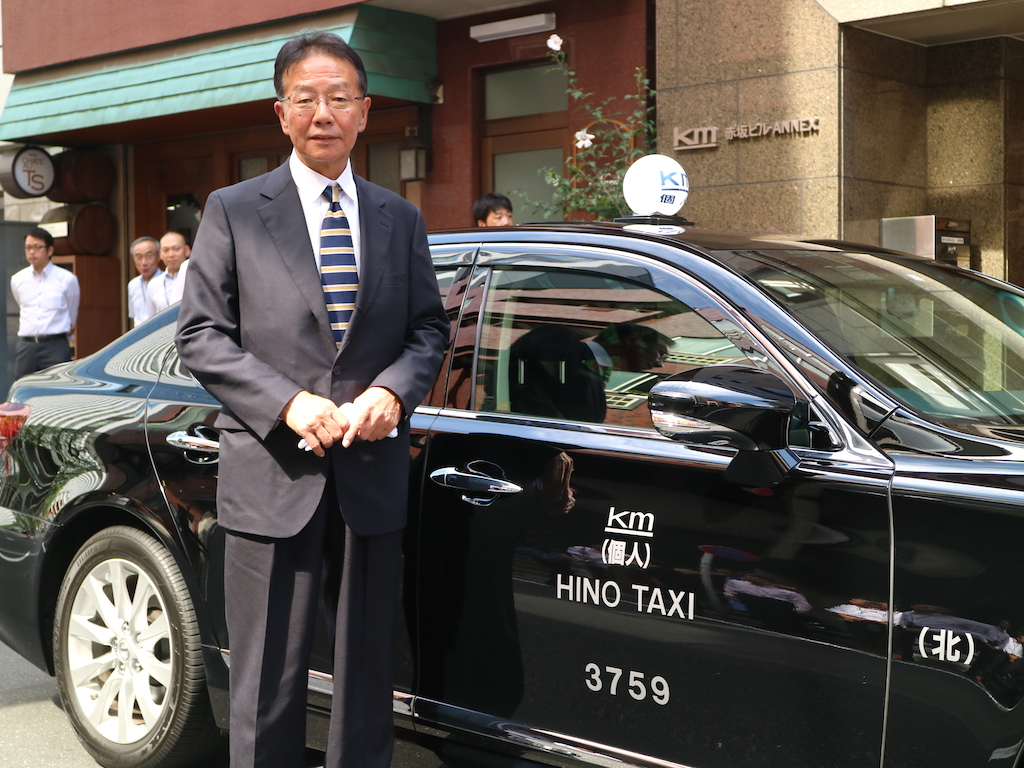 国際自動車(kmタクシー)でタクシードライバーを13年間務めたのち、個人タクシーとして独立した日野さんと相棒のレクサス
