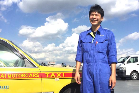 国際自動車(kmタクシー)で整備士として働く小林さんの笑顔