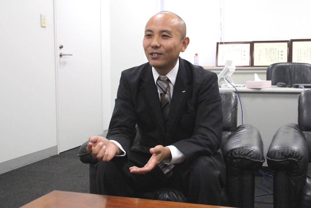 接客業から国際自動車(kmタクシー)に転職したタクシードライバーとして働く大河原さんのインタビュー中の笑顔