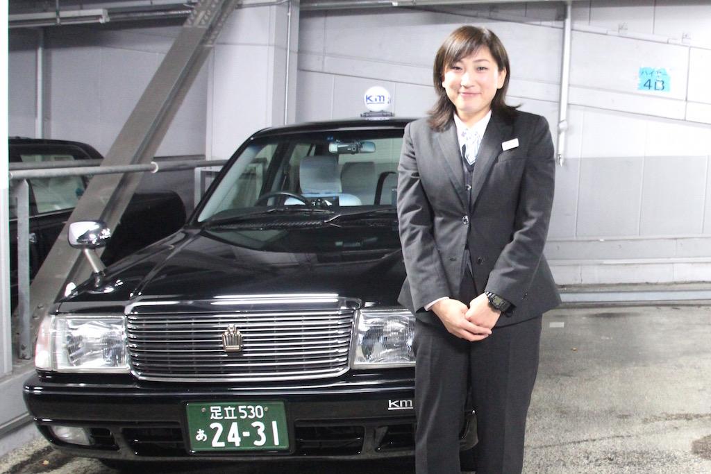 国際自動車(kmタクシー)に転職した女性タクシードライバーとして働く宇田川さんのインタビュー中の笑顔